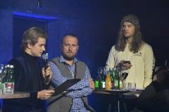 Õhtujuht küsitlemas žürii liikmeid Kristo Rajasaaret ja Daniel Levi Viinalassi